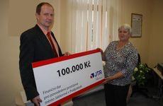 Předávání šeku v Jablonném v Podještědí, 9. září 2010. Na fotografii paní starostka Vlasta Dozorcová a ředitel JTR Ing. Tomáš Balcar.