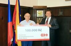 Předávání šeku v Mimoni, 7. září 2010. Na fotografii pan starosta František Kaiser a Ing. Bohumír Fíla, předseda představenstva ENERGIE Holding.